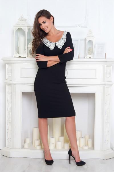 Черное платье Валентина с белым кружевным воротником