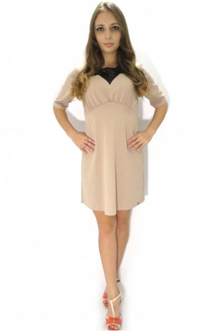 Нежно-розовое платье RINASCIMENTO с черным кружевным воротником